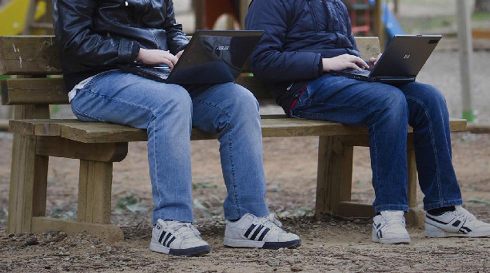 Jóvenes con sus ordenadores en el parque