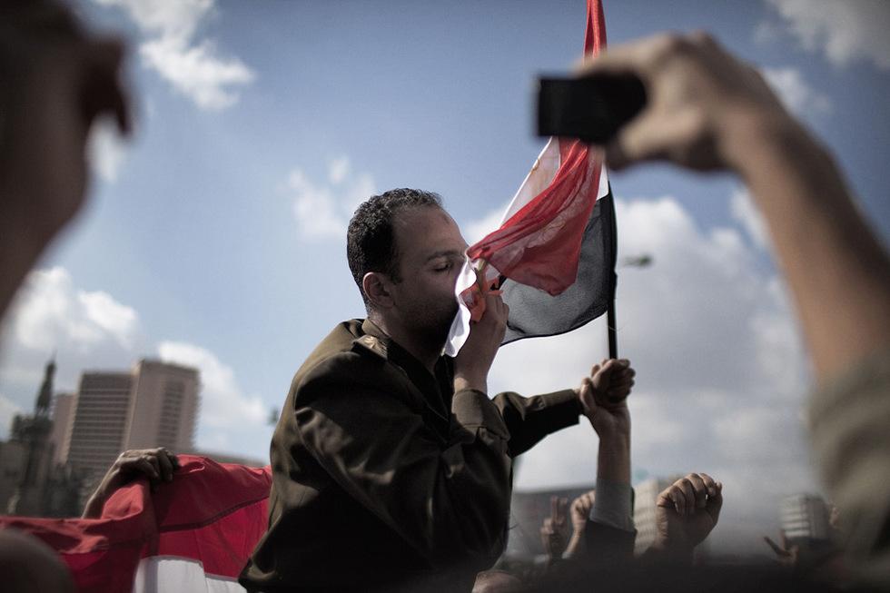 Protestas en Egipto  - Besando la bandera