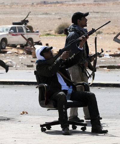 Sublevados disparan contra un avión de Gadafi