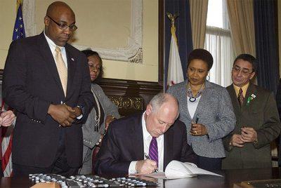 El gobernador de Illinois firma la legislación para abolir la pena de muerte en el Estado.