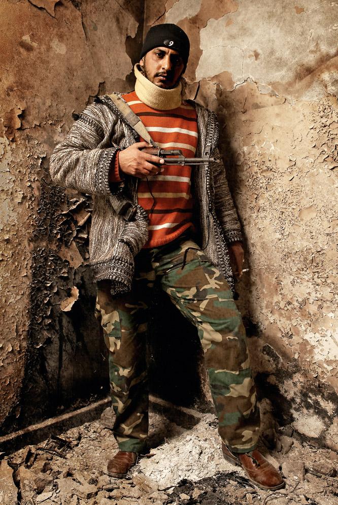 Retratos de rebeldes libios  - El parado que lleva armas y comida al frente