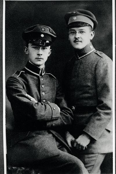 Heinrich Himmler, jefe de la SS y la Gestapo (a la izquierda), con su hermano Gebhard.-