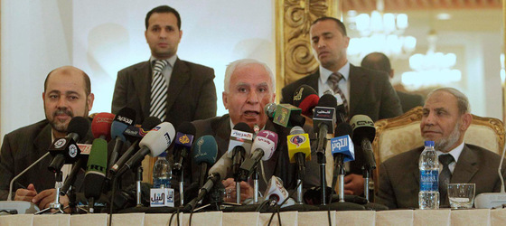 Azzam al-Ahmad, cabeza de la delegación de Al Fatah, habla durante la rueda de prensa, entre los representantes de Hamas Mousa Abu Marzook y Mahmoud Al-Zahar (derecha) t ras el acuerdo sellado en El Cairo.- ASMAA WAGUIH (REUTERS)