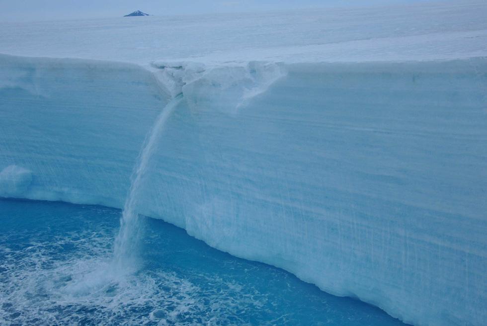 El barco 'Polarstern' de vuelta de la Antártida  - Cascada de agua proviniente de un glaciar