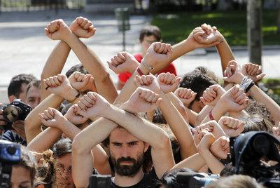https://i0.wp.com/www.elpais.com/recorte/20110616elpepisoc_1/XLCO/Ies/Indignados_frente_Ministerio_Trabajo.jpg