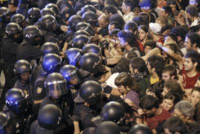 Policias e indignados en la calle Preciados
