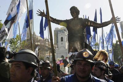 Mineros sacan en procesión una estatua de Néstor Kirchner