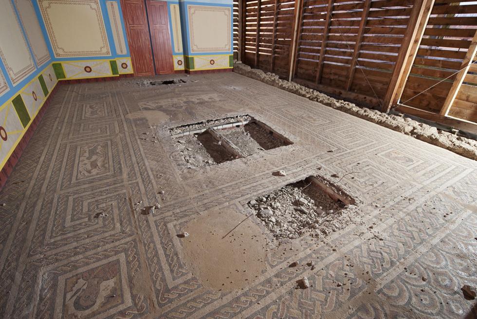 Mosaico destrozado por los ladrones en Baños de Valdearados