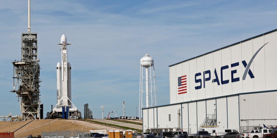 Listo para despegar potente cohete de SpaceX