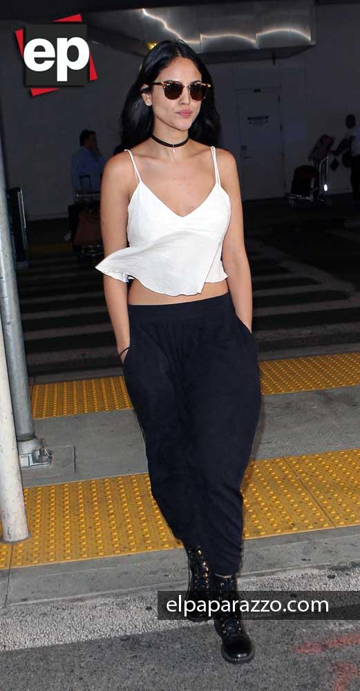 Muy relajada se veía Eiza a su llegada a Los Angeles.
