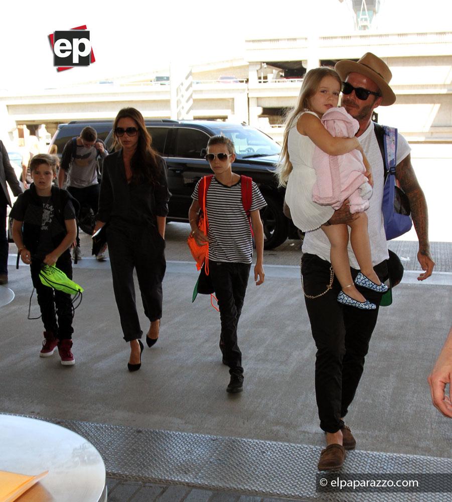 Admirable es el amor que demuestra por sus hijos David beckham, donde se muestra llevando de manera muy dulce a su pequeña hija Harper.