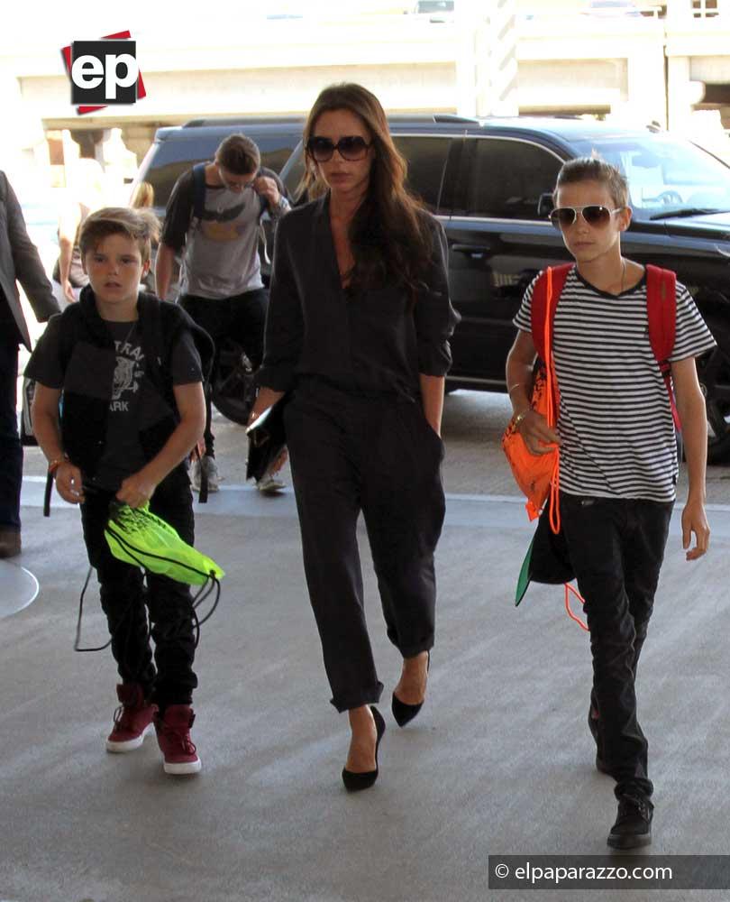 Victoria Beckham y sus hijos camino a abordar aquel vuelo que los llevará a casa.
