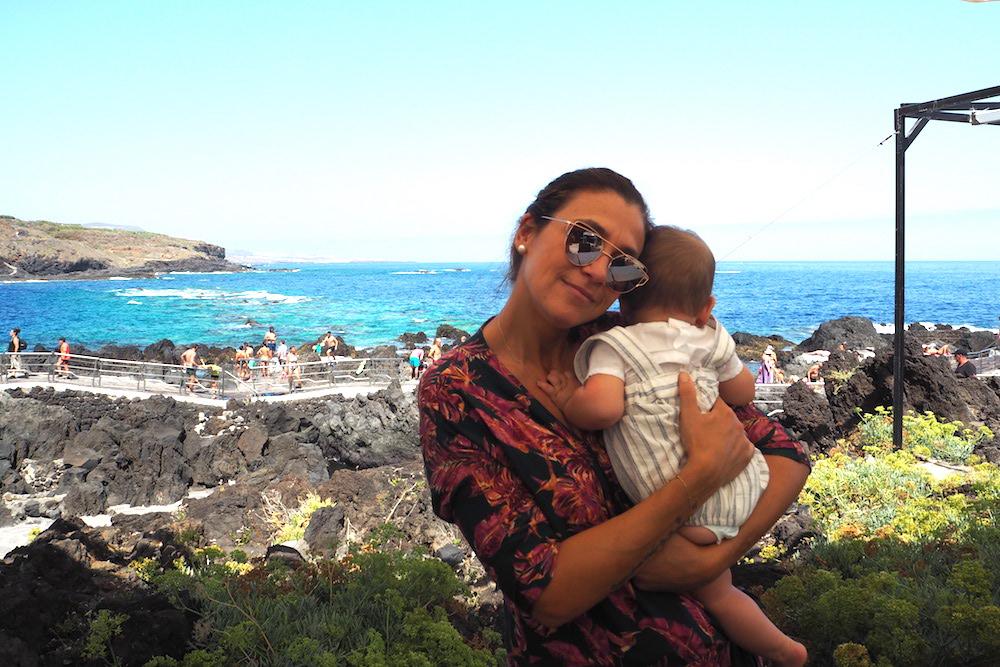 María y Felipe en Garachico, Tenerife. Primero de los muchos viajes del pequeviajero (M. S.).