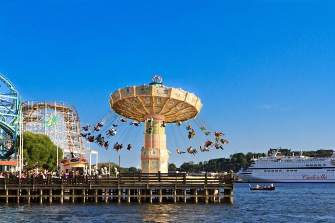 El parque de atracciones de Estocolmo, situado en la isla de Djurgården, es una visita imprescindible si viajas con niños (iStock).