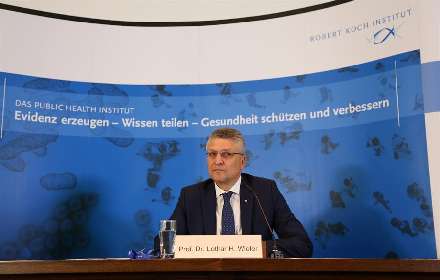 El director del Instituto Robert Koch (RKI), Lothar Wieler, en la presentación de las últimas cifras sobre la Covid-19 en Alemania. EFE/EPA/ADAM BERRY
