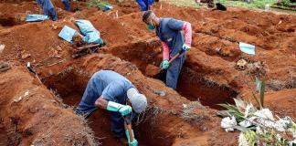 Sepultureros del cementerio de Vila Formosa, el más grande de América Latina, abren nuevas fosas el pasado lunes para realizar más entierros dada la pandemia de COVID-19, en Sao Paulo (Brasil). EFE/Sebastião Moreira