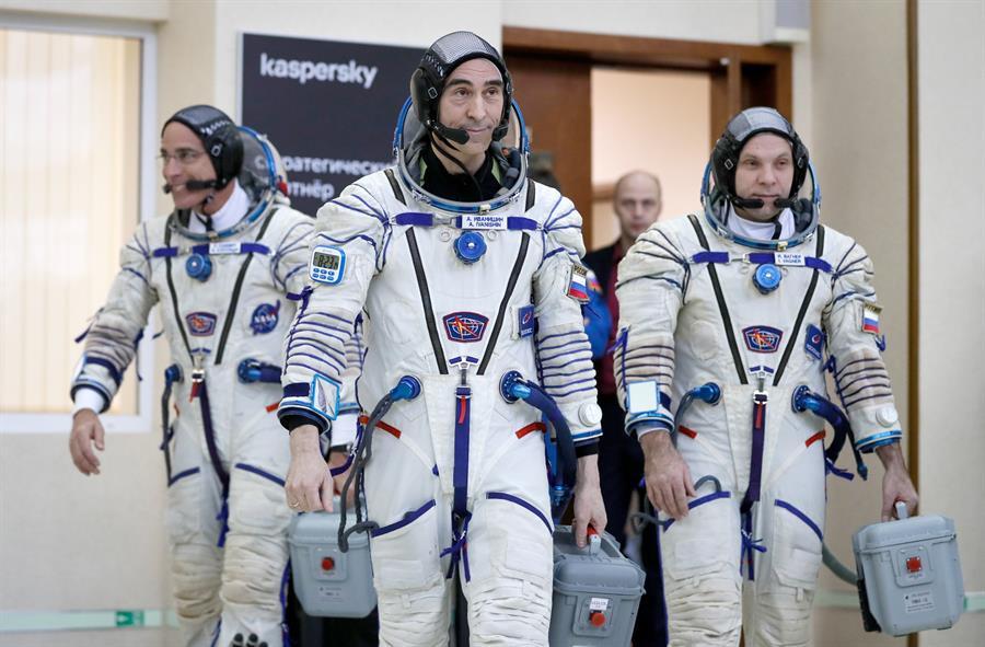 El astronauta de la NASA Christopher Cassidy y los cosmonautas de Roscosmos Anatoly Ivanishin y Ivan Vagner en el cosmódromo de Baikonur. EFE/EPA/YURI KOCHETKOV/ Archivo