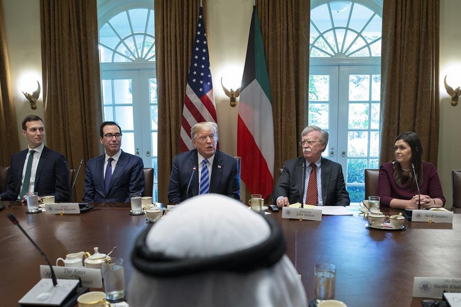 El presidente de los Estados Unidos, Donald Trump (c), en una reunión con el emir de Kuwait, jeque Sabah al Ahmed al Sabah, en la Casa Blanca,sobre la crisis siria. EFE/Alex Edelman/Archivo