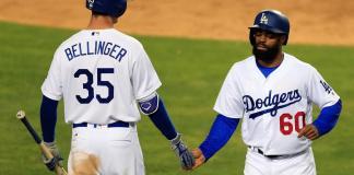 Andrew Toles (d) de los Dodgers de Los Ángeles es felicitado por su compañero Cody Bellinger en Los Ángeles (EE.UU.). EFE/MIKE NELSON/Archivo