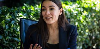 Fotografía de la congresista demócrata Alexandria Ocasio-Cortez en una entrevista con EFE en Nueva York. EFE/Alba Vigara