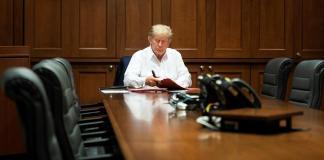 Fotografía cedida por la Casa Blanca que muestra al presidente de los Estados Unidos, Donald J. Trump, mientras trabaja en la sala de conferencias del Centro Médico Militar Nacional Walter Reed, hoy en Bethesda, Maryland (EE. UU.). EFE/Joyce N. Boghosian/Casa Blanca