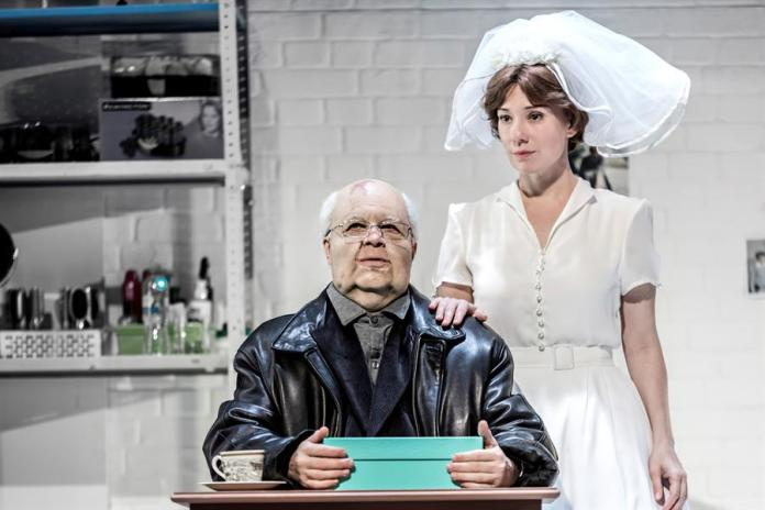 El actor Yevgueni Mirónov (i) que encarna al dirigente soviético Mijaíl Gorbachov y la actriz Chulpán Jamátova. EFE