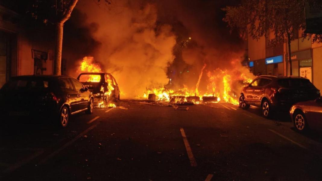 Pandemia-España: queman y roban en medio de protestas por confinamiento