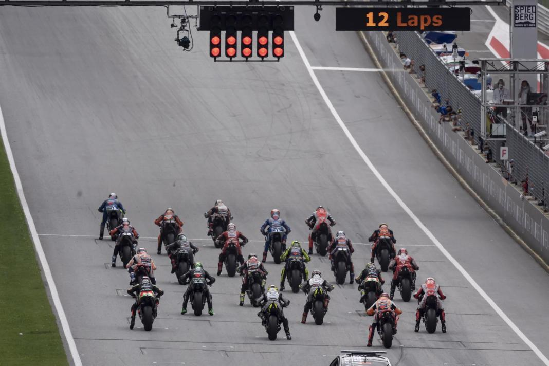 Corredores en la parrilla de salida del Gran Premio de Motociclismo de Estiria, Austria, disputado en agosto de 2020. EFE/EPA/CHRISTIAN BRUNA/Archivo