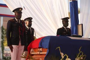 Policías custodian el féretro con el cuerpo del presidente Jovenel Moise durante el inicio de su ceremonia fúnebre hoy, en Cap-Haitien (Haití). EFE/ Orlando Barría