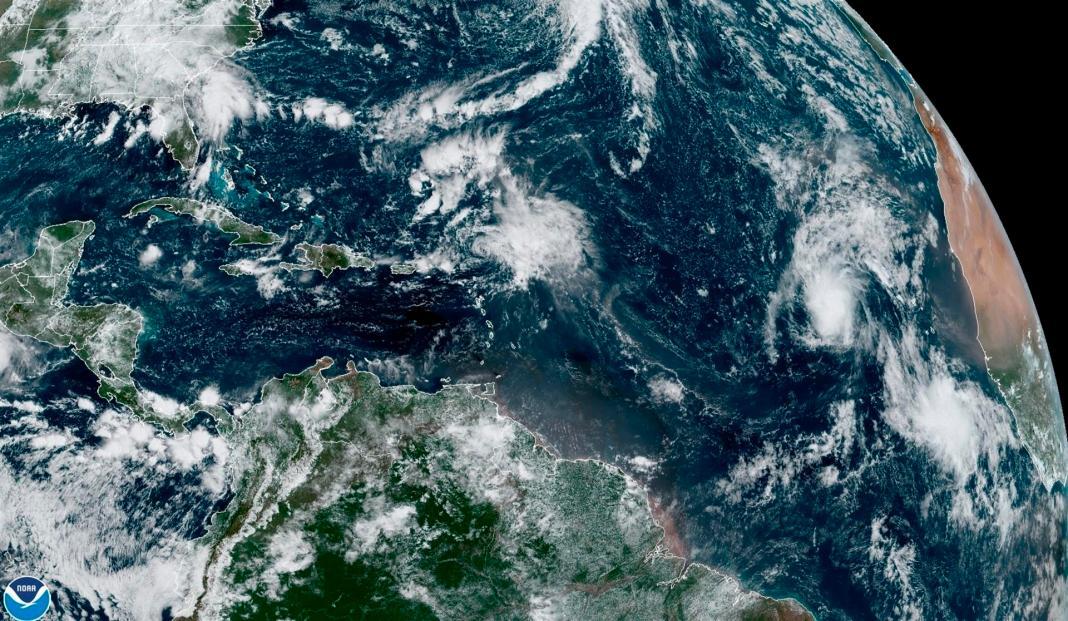 A las 21.00 horas GMT, el centro de este sistema fue localizado unas 2.030 millas (3.265 km) al este-sureste de las Islas de Sotavento (Caribe),