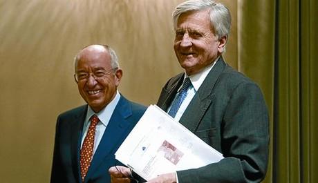El presidente del BCE, Jean-Claude Trichet, (derecha), con el gobernador del Banco de España, Fernández Ordóñez, ayer en Madrid.