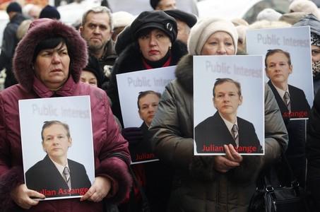 Activistas ucranianas se manifiestan en favor de Assange en Kiev, ayer.