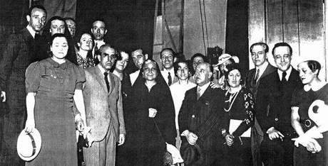 Pahissa, primero por la izquierda, junto a Margarida Xirgu, de negro, en Argentina tras el estreno de la obra.