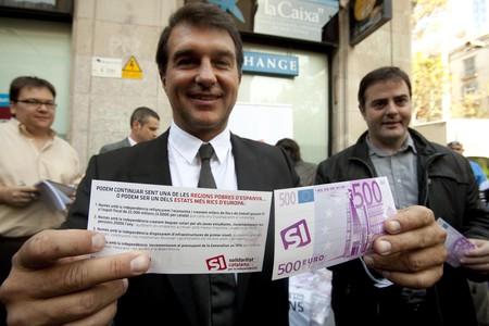 Joan Laporta muestra un billete falso de 500 euros junto a Uriel Bertran, hoy en la Boqueria.