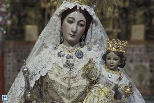 El besamanos de la Virgen del Rosario de Montañeses desde el objetivo de Luis Serna