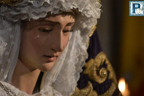 El besamanos de la Virgen de la Paz desde el objetivo de Lucas Álvarez