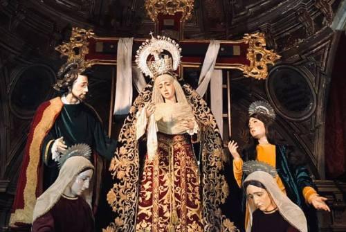A los pies de Cristo y María
