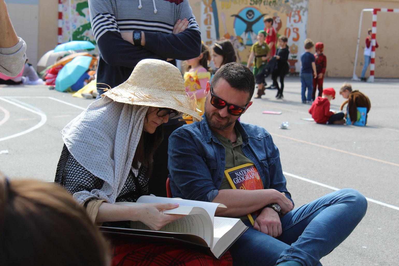 Hasta los profesores se disfrazaron y estuvieron leyendo