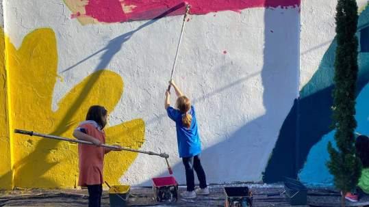 Pintando el mural del patio con Detripas Aerosol