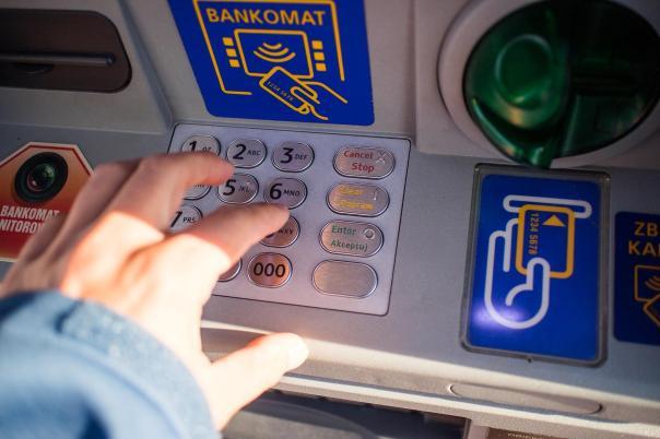 Una persona saca dinero de un cajero automático. Fuente: Pixabay.