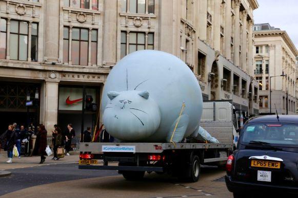 cinco-gatos-inflables-gigante-elpoderdelasideas10