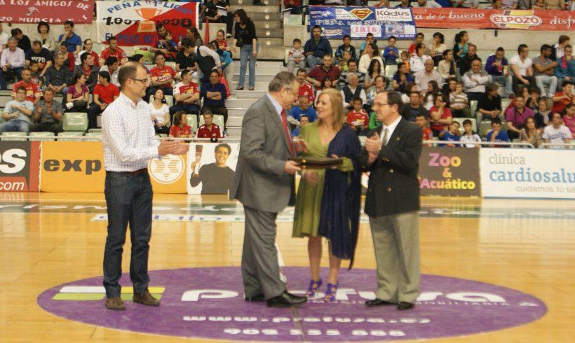 El Centro de Estudios CEI entrega una placa a ElPozo Murcia FS