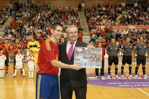 El Presidente de ElPozo Murcia hace entrega del cuadro de fotos