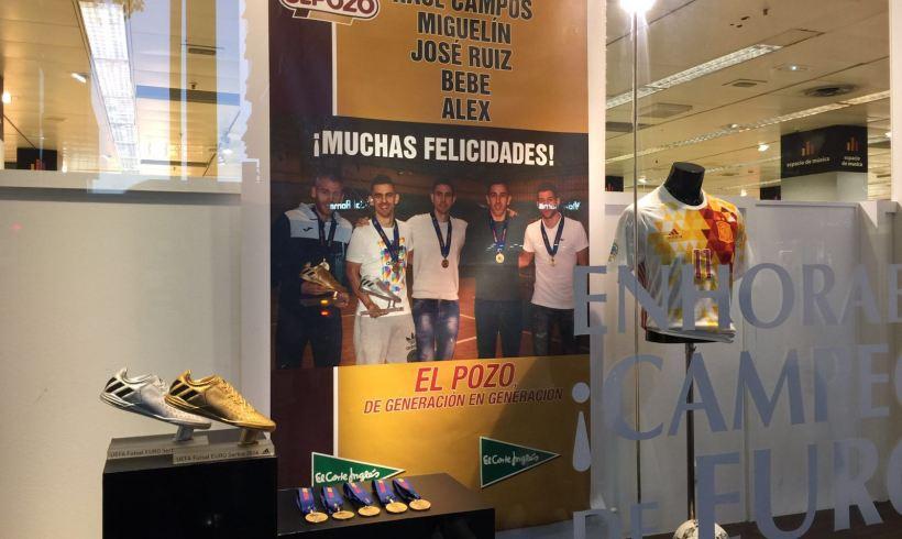 Homenaje El Corte Inglés| Los Campeones de Europa lucen en el escaparate de Gran Vía de Murcia