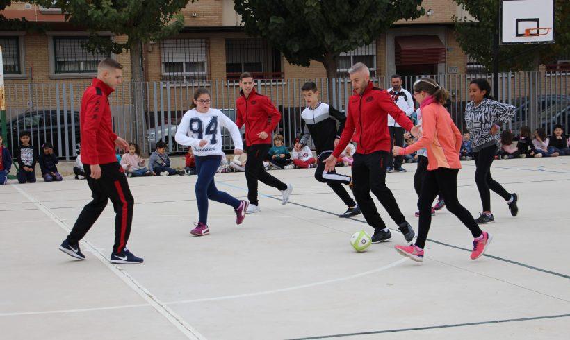 ElPozo al Cole| Miguelín, Fernando y Alberto García disfrutan con los escolares del CEIP Infanta Cristina de Puente Tocinos