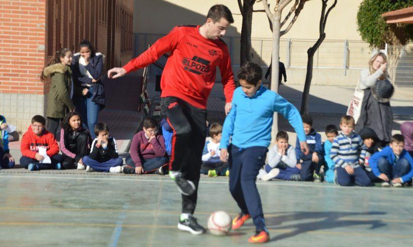 ElPozo al Cole| Fabio, Pito y Elías disfrutan con los escolares del CEIP Nuestra Señora de la Antigua en Monteagudo