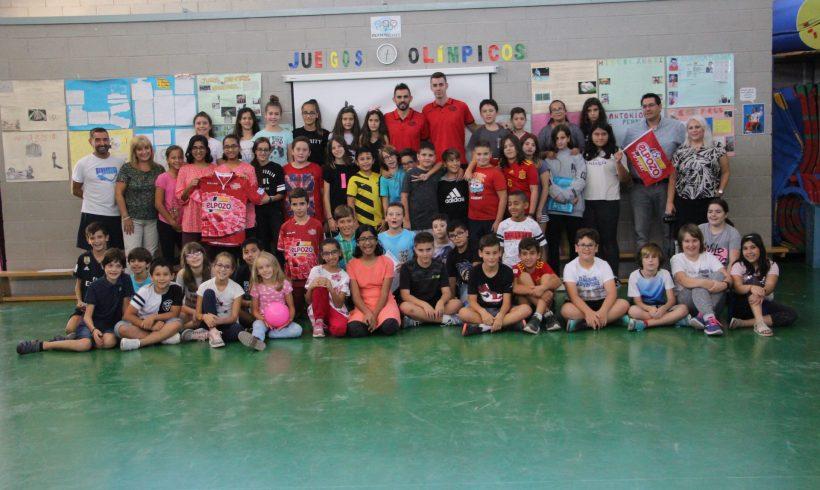 ELPOZO AL COLE| Álex Yepes y Álex García visitan a los escolares del CEIP Infanta Cristina