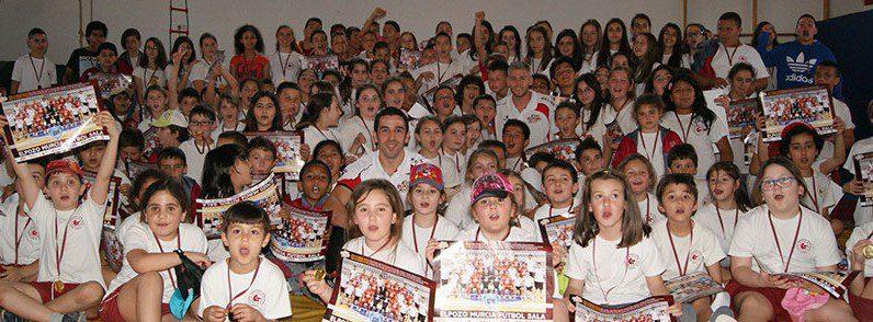 Miguelín y José Ruiz entregan medallas al deporte escolar a los alumnos del colegio Torre Salinas