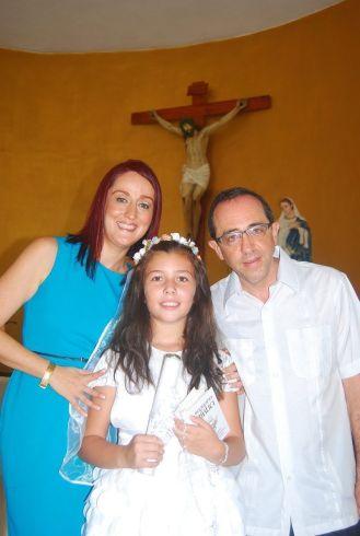 Con sus padrinos Alberto Rehua y Claudia Jiménez.