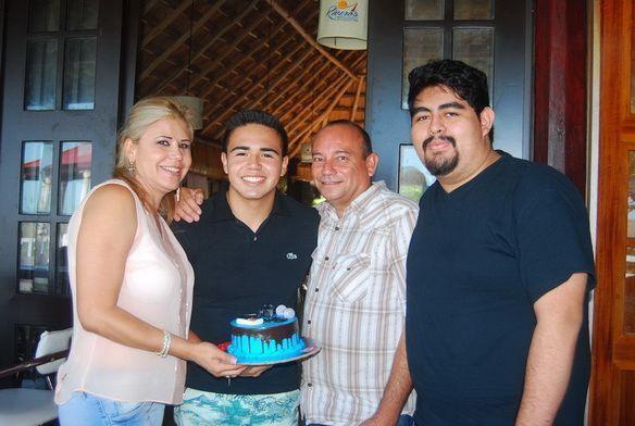 Como padrino de pastel fungió Alfonso Ramos